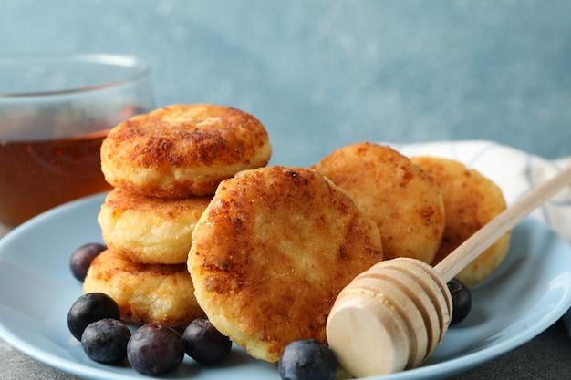 Ontbijt van kaas pannenkoeken tegen blauwe ondergrond