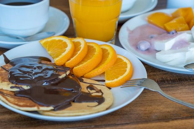 Ontbijt van veel gerechten en drankjes op een houten tafel, close-up. voedselconcept