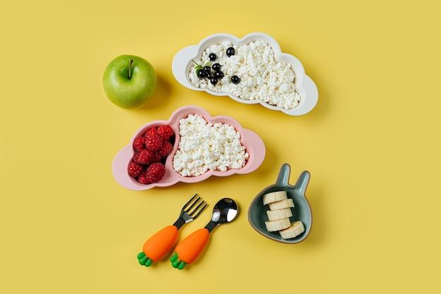 Ontbijt voor kinderen. bord in de vorm van een wolk met kwark, bes en appel. eten idee voor kinderen.
