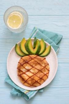 Ontbijt voor kinderen met omelet die eruitziet als een ananas