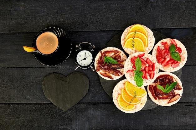 Ontbijt voor valentijnsdag met kopje koffie,
