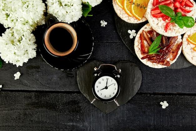 Ontbijt voor valentijnsdag met kopje koffie