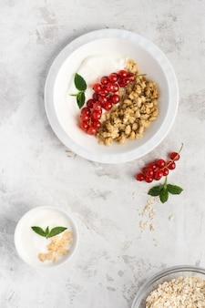 Ontbijtbord met amerikaanse veenbessen en noten