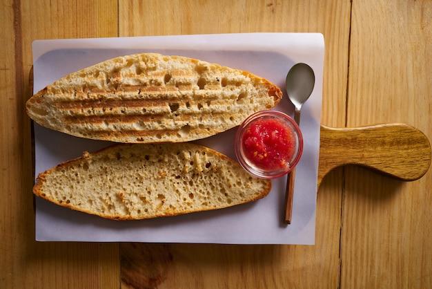 Ontbijtbroodjes met tomaat