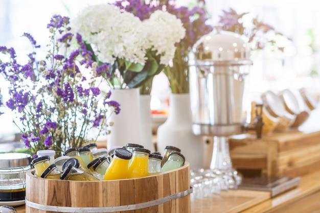 Ontbijtbuffet organische rauwe drank zet in juice drankfles klaar om gedronken te worden