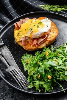 Ontbijtburger met bacon, egg benedict, hollandaise saus op briochebroodje