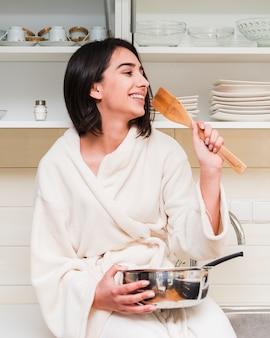 Ontbijtconcept met gelukkige vrouw