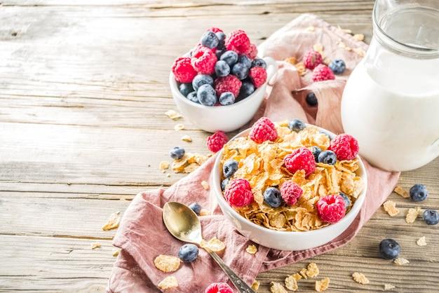 Ontbijtcornflakes met melk en bessen