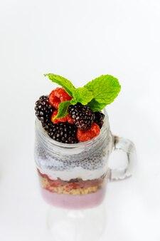 Ontbijtdessert met chia pudding, griekse yoghurt en granola. gezond eten.