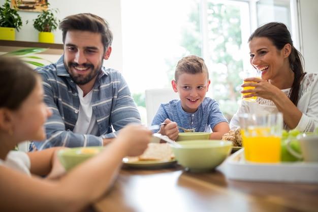 Ontbijten en gelukkige familie