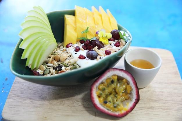Ontbijtgranen en yoghurt met fruit