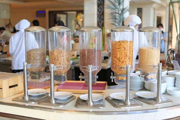 Ontbijtgranen in glas bijvullen van buffet in hotel