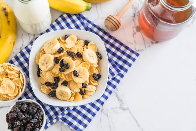 Ontbijtgranen met banaan, rozijnen en melk