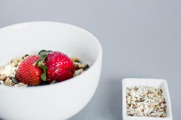 Ontbijtkom met havervlokken en aardbeien
