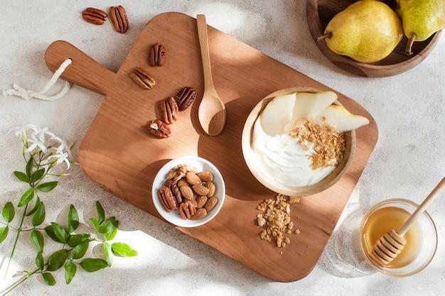 Ontbijtkom met honing en fruit