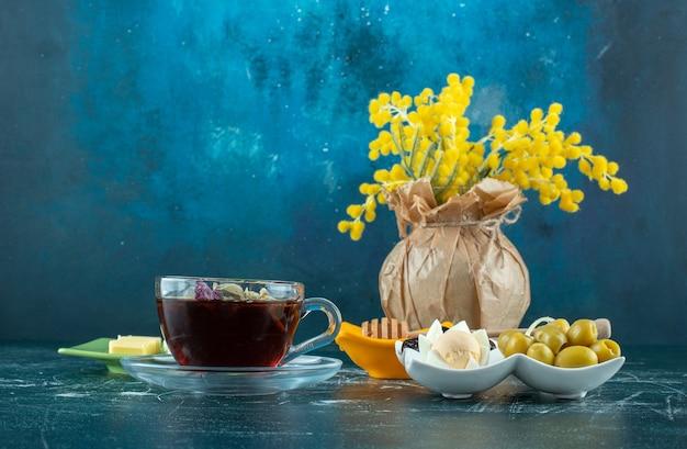 Ontbijtmenu met ingrediënten en een kopje thee. hoge kwaliteit foto