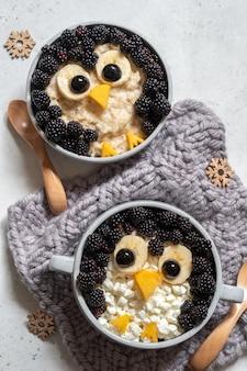 Ontbijtpap in de vorm van een pinguïn gemaakt van bessen