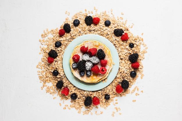 Ontbijtplaat met aardbeien en wilde bessen