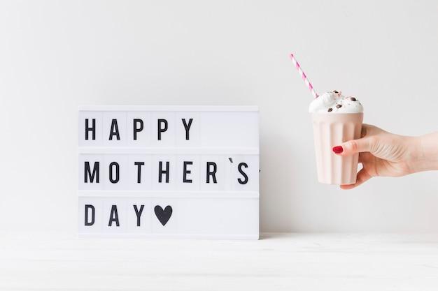 Ontbijtsamenstelling met smoothie voor moedersdag