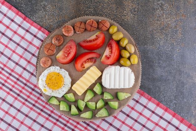 Ontbijtschotel met gebakken eieren en groentesalade