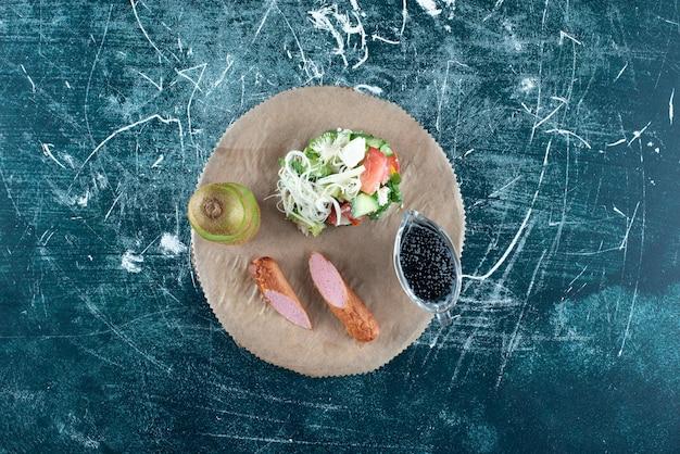 Ontbijtschotel met salade en zijingrediënten.