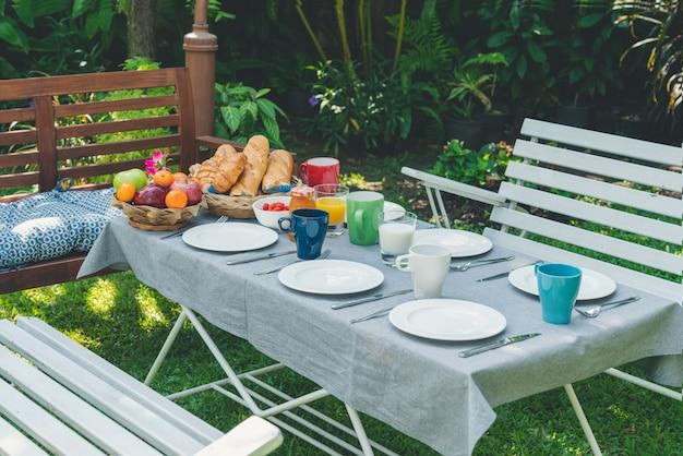 Ontbijttafel met eten in de tuin