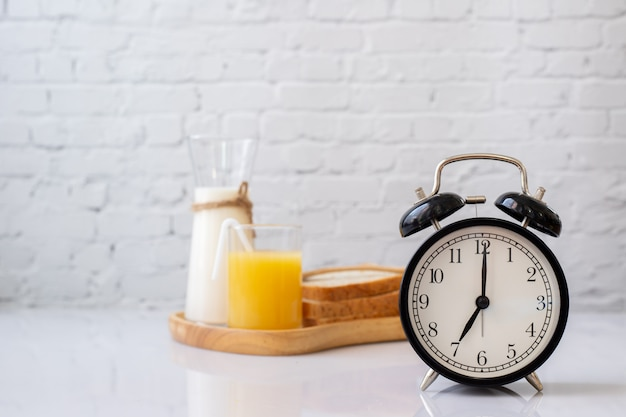Ontbijttafel met klassieke wekker.