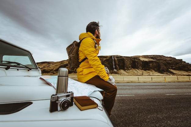 Ontdekkingsreiziger op de ijslandse tour, reis door ijsland en ontdek natuurlijke bestemmingen
