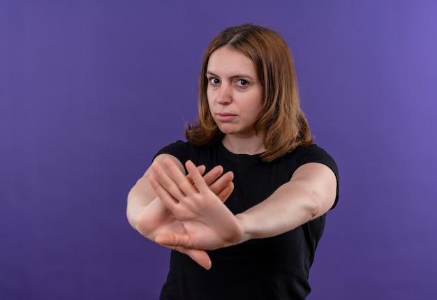 Ontevreden jonge casual vrouw nee gebaren op geïsoleerde paarse muur met kopie ruimte Gratis Foto
