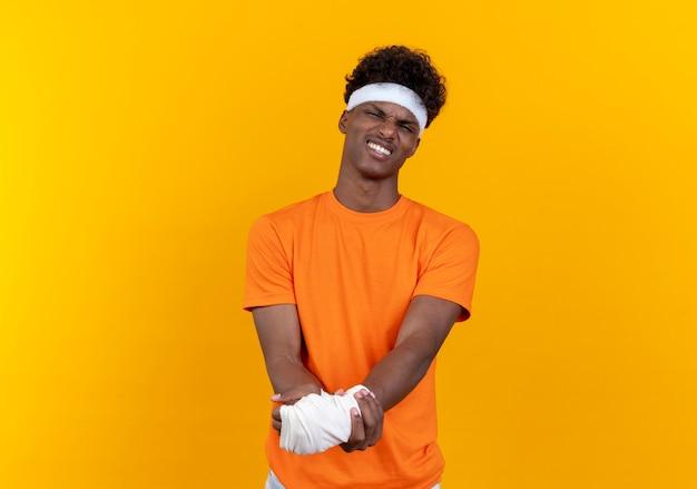 Ontevreden jonge sportieve man met hoofdband