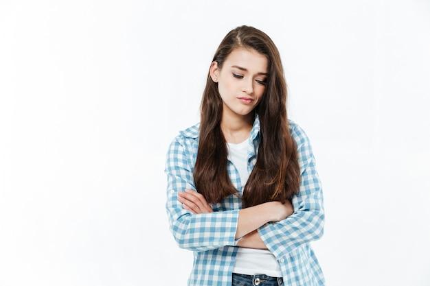 Ontevreden jonge vrouw die neer kijkt