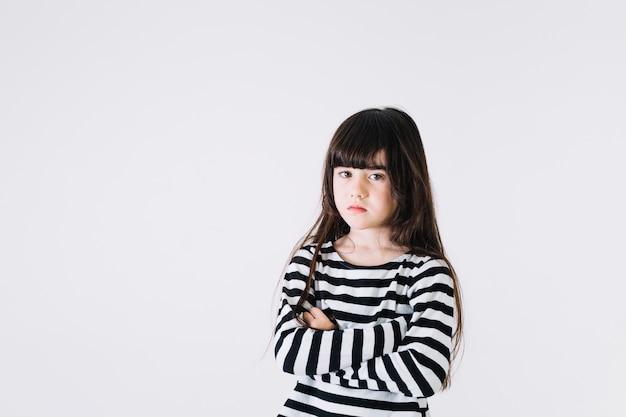 Ontevreden meisje dat camera bekijkt