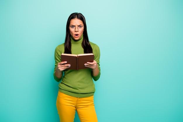 Ontevreden meisje houdt boek vast