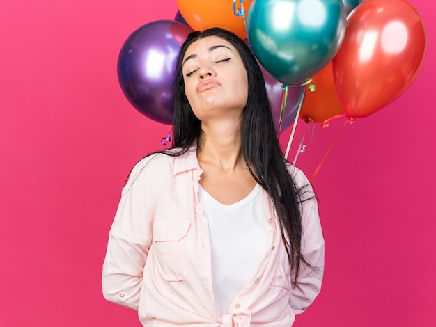 Ontevreden met gesloten ogen jong mooi meisje met ballonnen