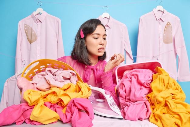 Ontevreden verbaasde huisvrouw doet dagelijkse huishoudelijke activiteiten Gratis Foto