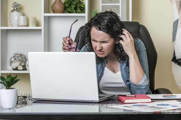 Ontevreden vrouw die gegevens van laptop leest
