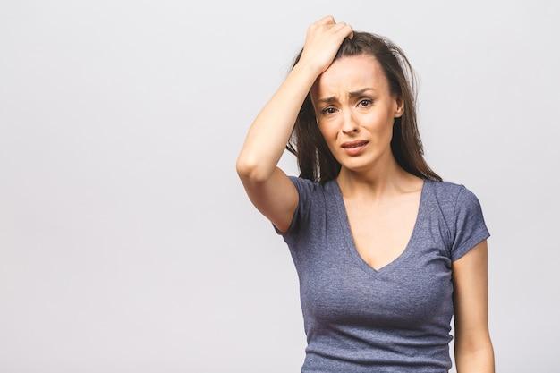 Ontevreden vrouw fronst gezicht in ontevredenheid, huilt van pijn draagt nonchalant