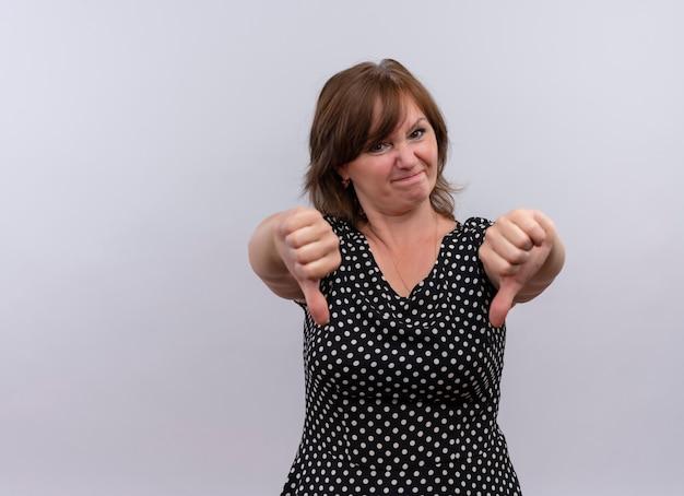 Ontevreden vrouw op middelbare leeftijd die duimen neerzet - op geïsoleerde witte achtergrond