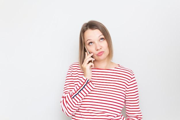 Ontevreden vrouw praten aan de telefoon, ontevreden klant klagen over service.