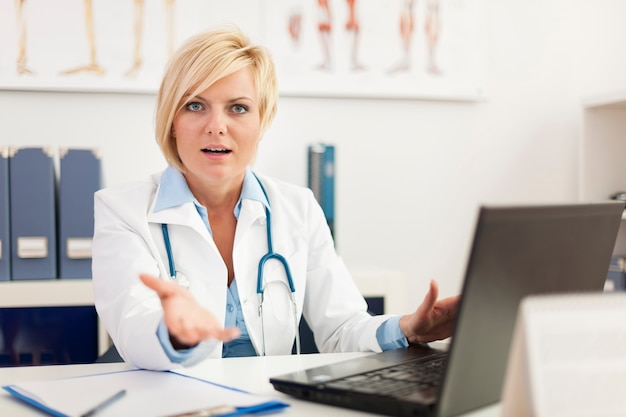 Ontevreden vrouwelijke arts in haar kantoor