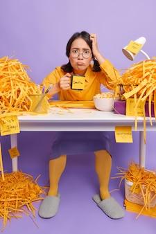 Ontevredenheid schoolmeisje gefrustreerd vanwege deadline heeft veel werk te doen doet huiswerktaak bereidt zich voor op examen op school drankjes verfrissende cafeïnedrank werkt op afstand met een plan op afstand