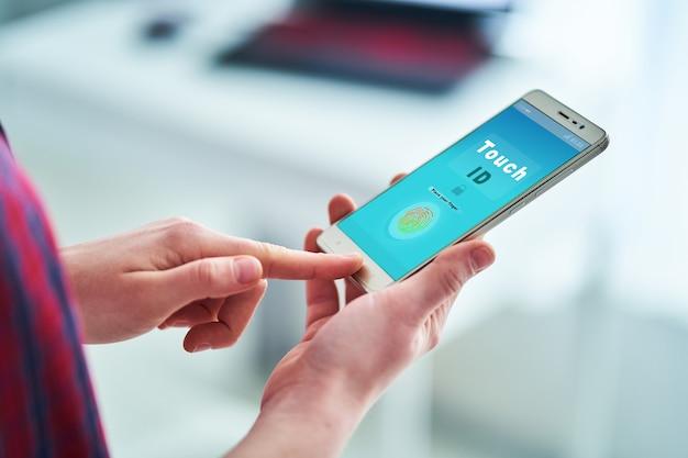 Ontgrendel smartphone met vingerafdrukherkenningssysteem.