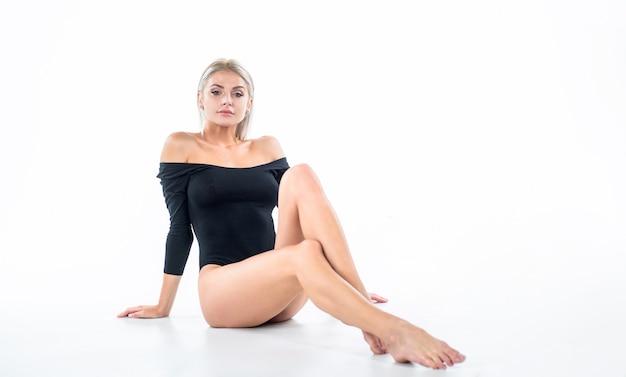 Ontharing voeten huid schoonheid. vrouwelijke gezondheidszorg. concept van epileren en flebeurysma. zure pedicure in salon. voeten massage. sexy vrouw geïsoleerd op wit. dame met fit slank lichaam. seksuele spelletjes.