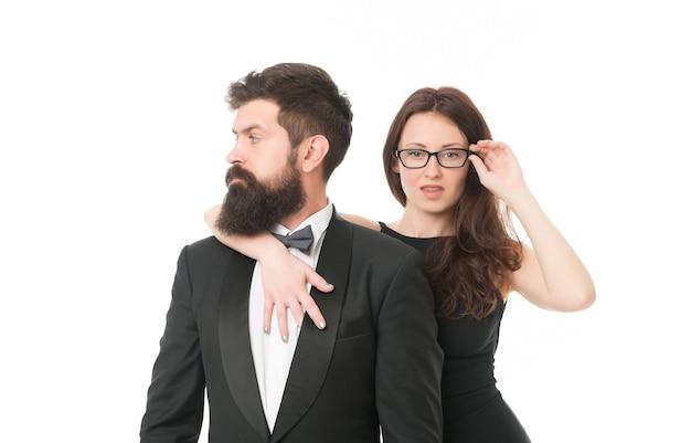 Ontketend verlangen. verliefd stel. zakelijk partnerschap. liefde en romantiek. formeel paar vieren speciale gelegenheid. valentijnsdag concept. elegante formele mode. sexy vrouw en smoking man.