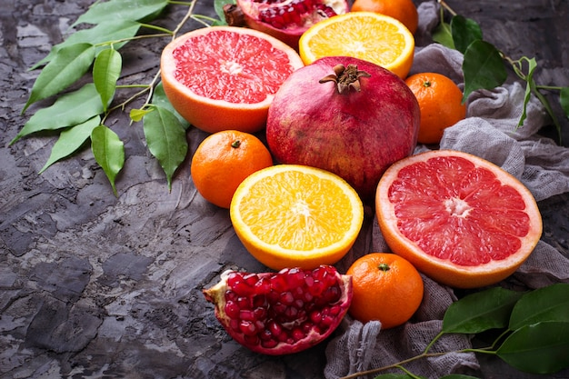 Ontleed vers fruit. granaatappel, sinaasappel, grapefruit en mandarijnen. selectieve aandacht
