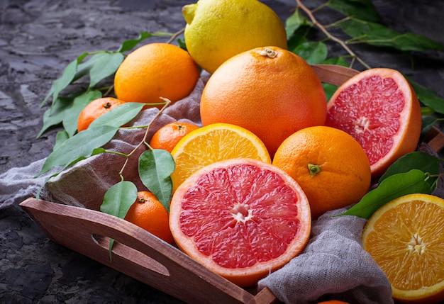 Ontleed vers fruit. sinaasappel, grapefruit en mandarijnen. selectieve aandacht