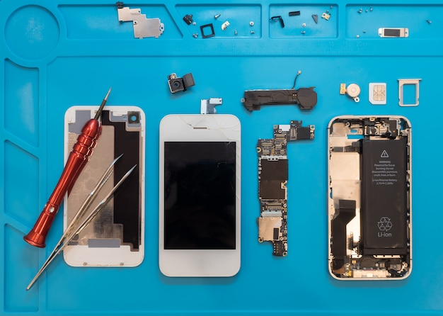 Ontmanteling van de kapotte smartphone voor reparatie