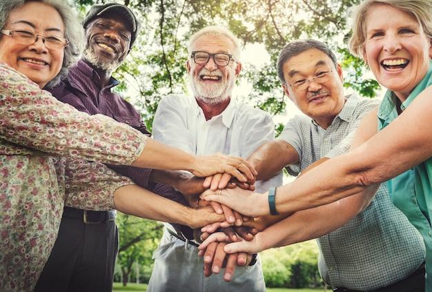 Ontmoet omhoog ontspannend vriendschapsrust pensionair parkconcept