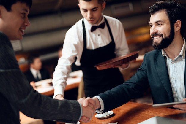 Ontmoeting met chinese zakenlieden in restaurant.