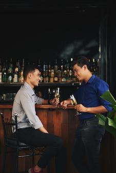 Ontmoeting met een vriend in de bar